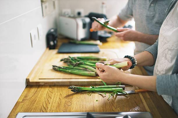 paar, kochen zu hause - einen gefallen tun stock-fotos und bilder