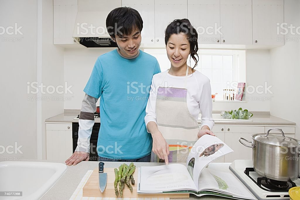 Casal de cozinhar em simultâneo foto de stock royalty-free