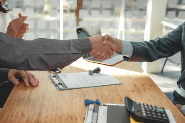 Paar Kunden Hände schütteln mit Versicherung Hypothekenmakler Anwalt Makler Makler. Kundenhandshaking Finanzberater Bankangestellte – Foto