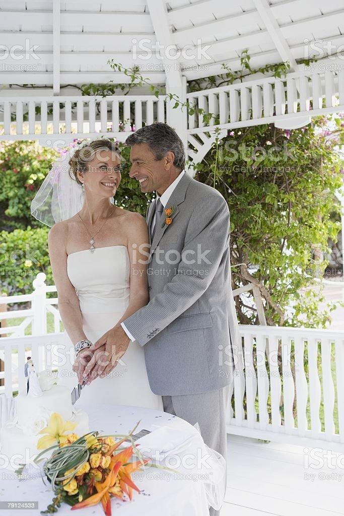Couple cutting wedding cake 免版稅 stock photo