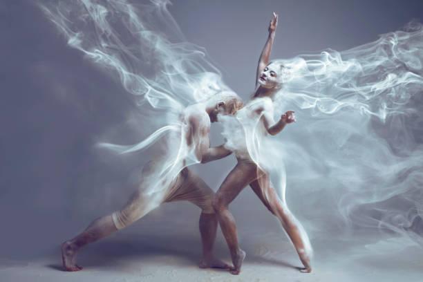 paar tänzer verliebt in staub / nebel - bein make up stock-fotos und bilder