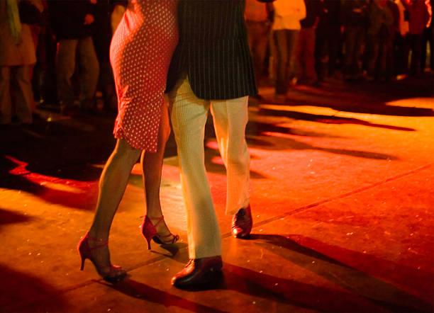 para taniec tango argentyńskie na zewnątrz w nocy. - tango taniec zdjęcia i obrazy z banku zdjęć