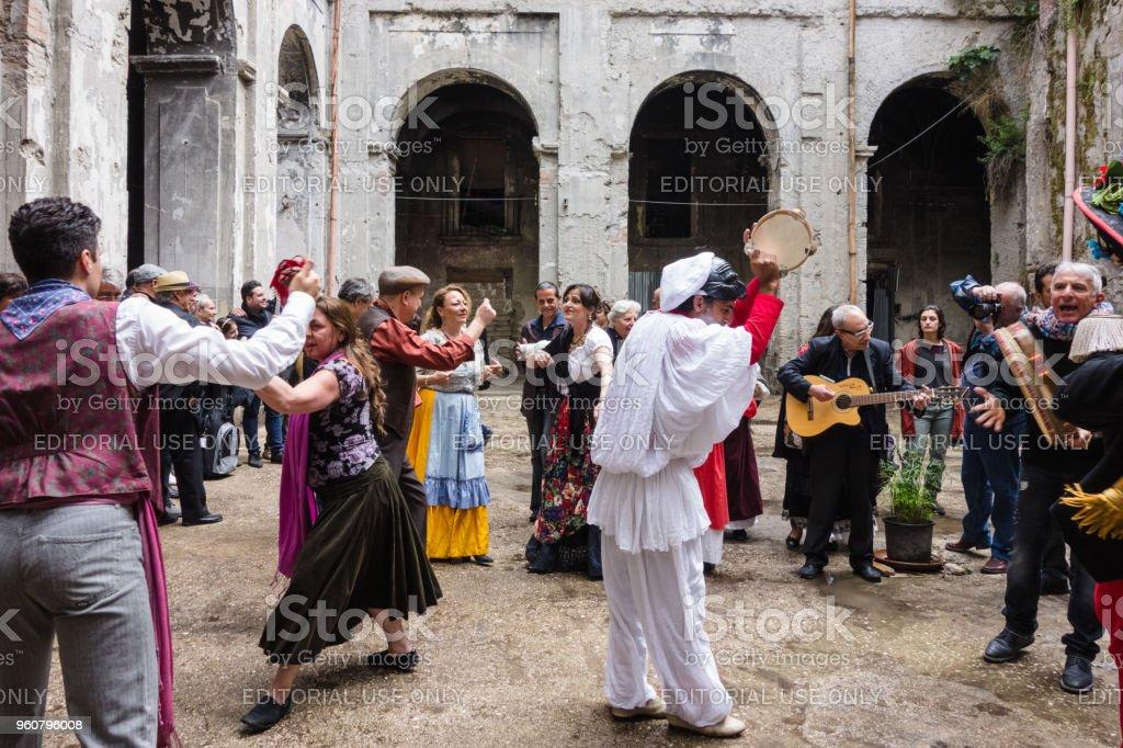 Couple Dancing Neapolitan Tarantella - foto stock