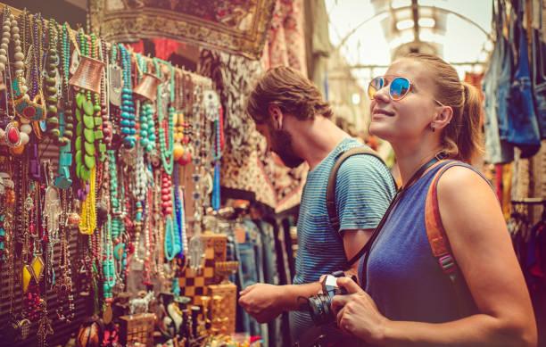 coppia scoprire mercato regali durante il viaggio - bazar mercato foto e immagini stock