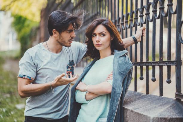カップルが彼らの関係を議論します。 - ボーイフレンド ストックフォトと画像