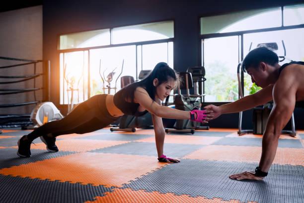 Paar Fitness-Übung zu tun. – Foto