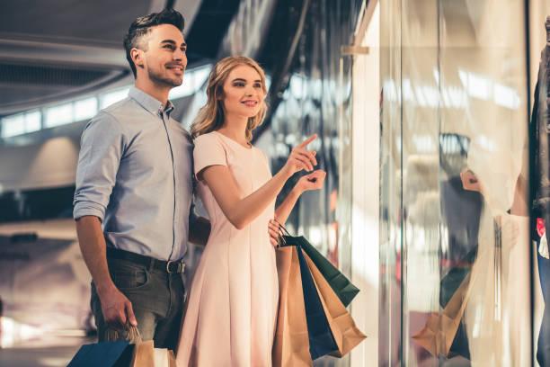 couple doing shopping - kleider günstig kaufen stock-fotos und bilder