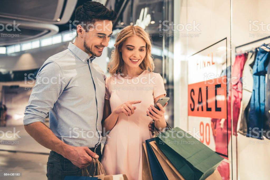 Pareja haciendo compras - foto de stock