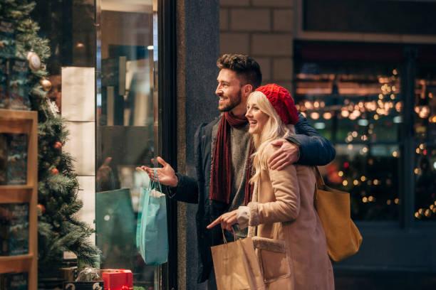 casal fazendo compras janela - mercadoria - fotografias e filmes do acervo