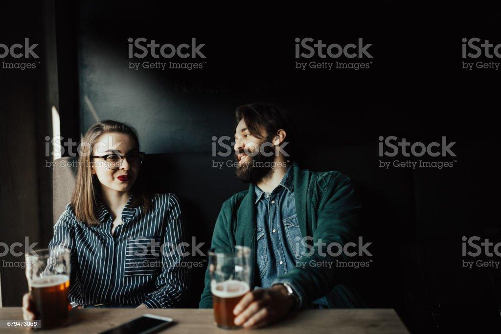 夫婦在一家酒吧喝啤酒 免版稅 stock photo