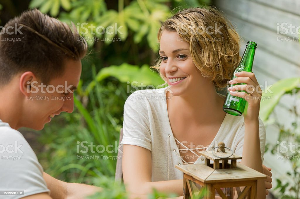 couple drinking beer - foto de acervo