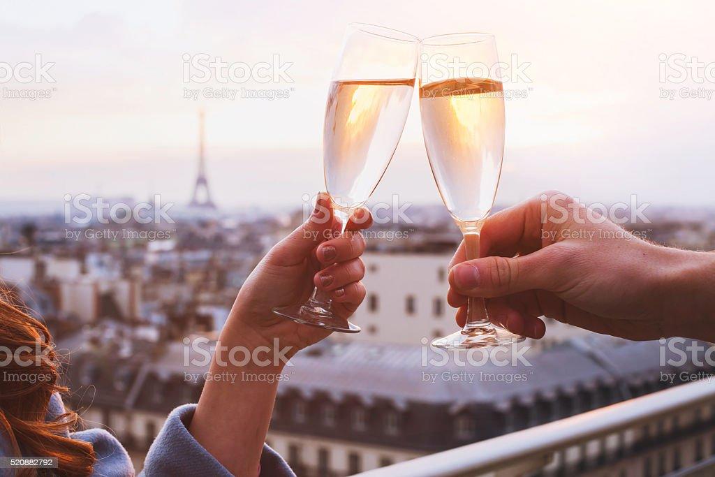 Paar trinken Champagner in Paris - Lizenzfrei Abenddämmerung Stock-Foto