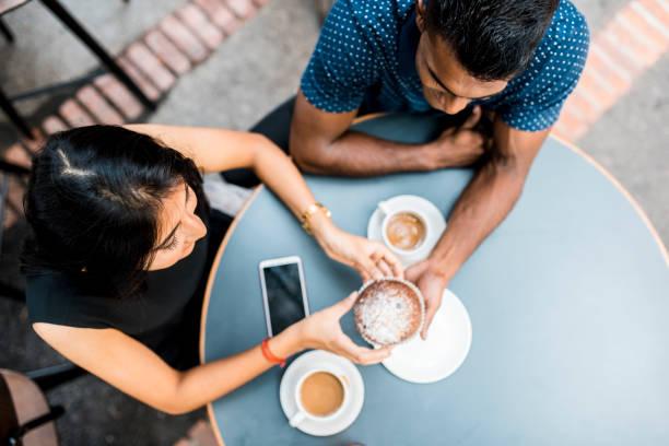 Paar Kaffee zu trinken und Essen Dessert in einem café – Foto