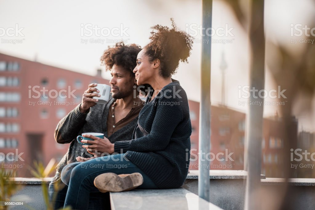 Paar, trinken Kaffee am Morgen auf dem Dach – Foto