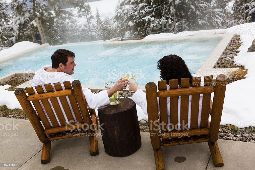 カップルを飲みながら、北欧のプール付近 ストックフォト