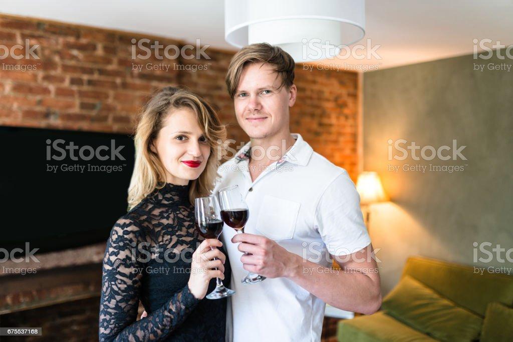 oturma odasında şarap içme Çift royalty-free stock photo