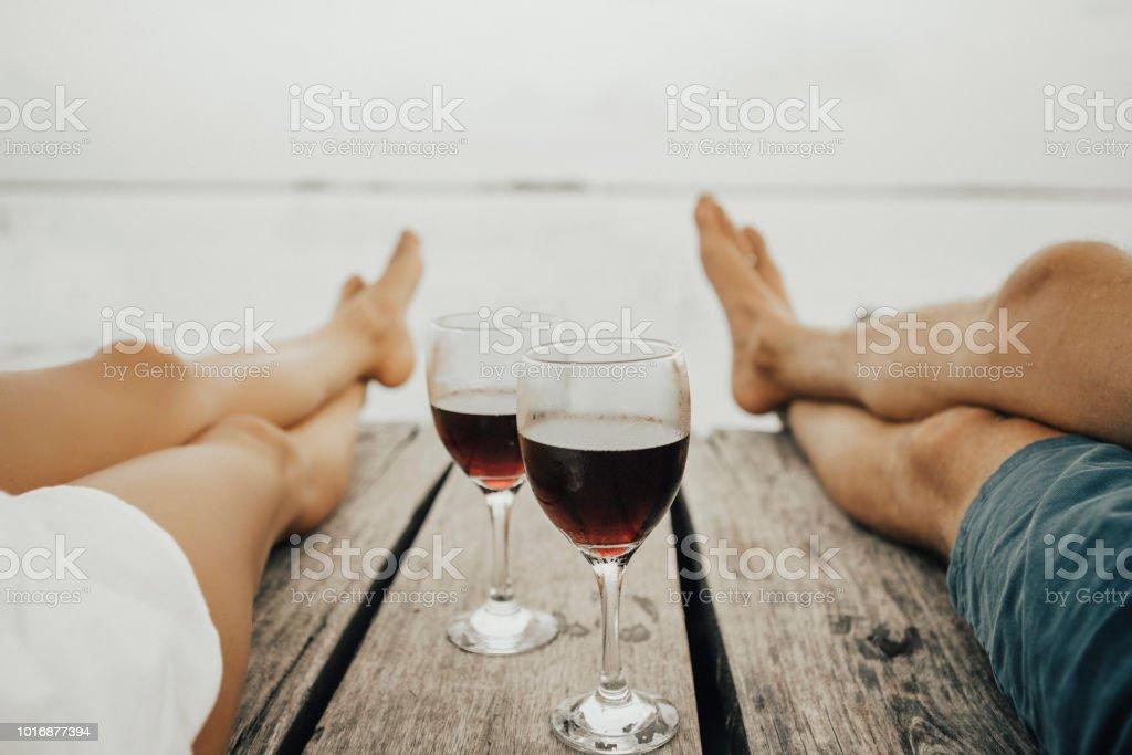Beber vino pareja en muelle - foto de stock