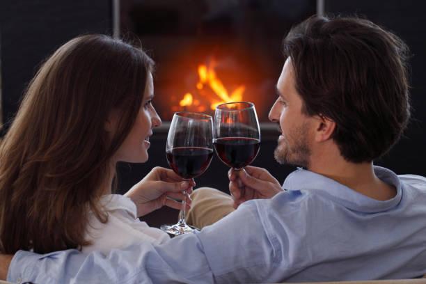 Couples buvant le jour de Valentines de vin - Photo