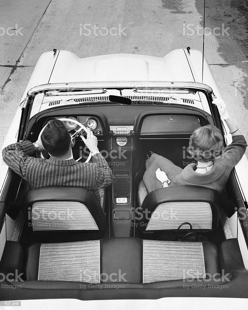Casal dirigindo em Conversível foto royalty-free