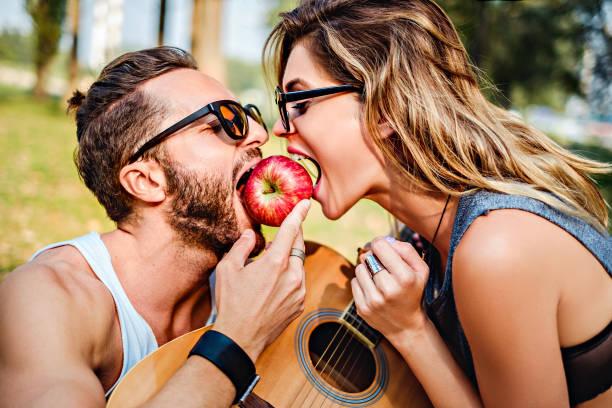 Par comer manzana junto - foto de stock