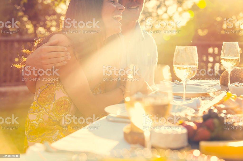 Casal comendo em um restaurante ao ar livre com amigos. - foto de acervo