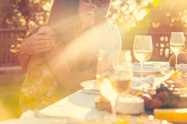 커플입니다 식사 시 야외 레스토랑 프렌즈. 스톡 사진