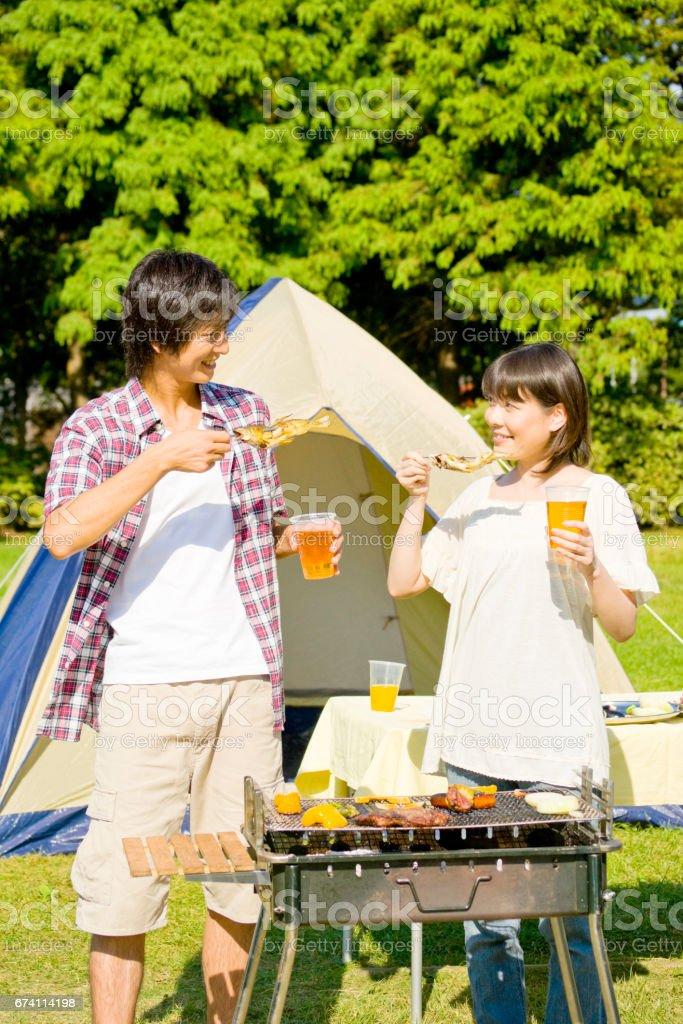 對夫婦吃燒烤香魚 免版稅 stock photo