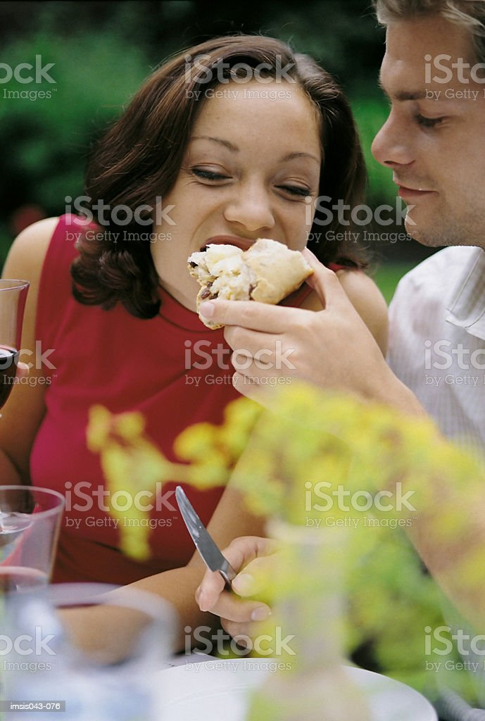 Couple eating bread foto royalty-free