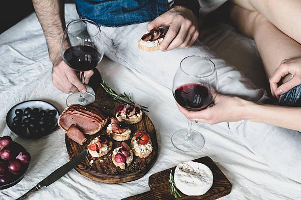 couple eating dinner with wine - italienische lebensart stock-fotos und bilder