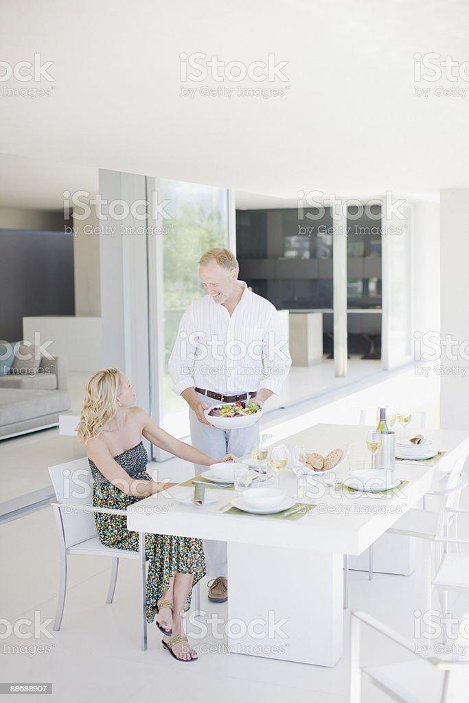 Couple de manger le déjeuner à l'extérieur photo libre de droits