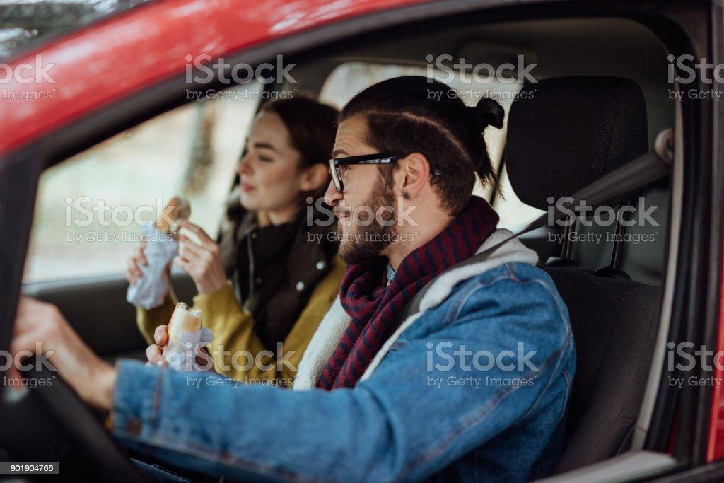 Paar ihre Snacks zu essen, während der Reise zum Zielort Wandern – Foto