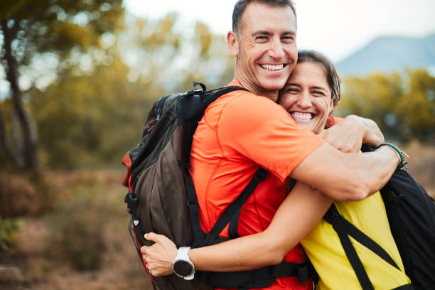 Ein Paar umarmt sich nach abschluss einer Trekkingtour. – Foto