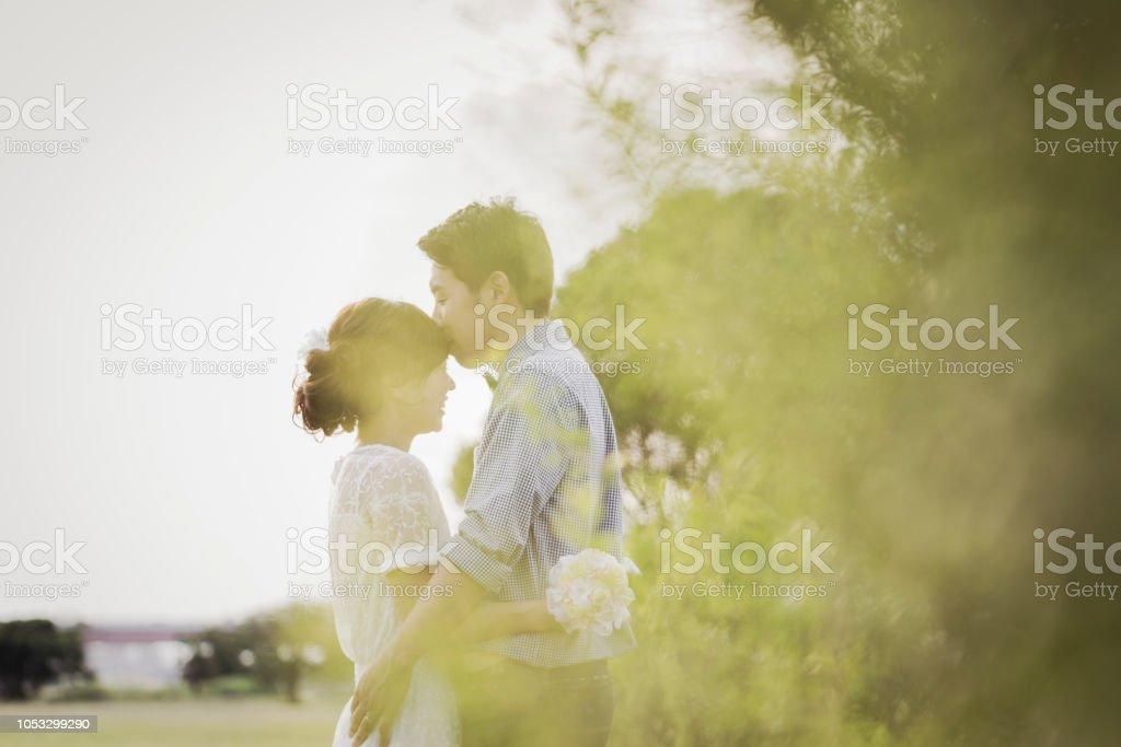 Couple embrassant dans le parc - Photo