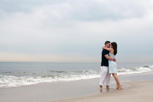 Par Abrazar En La Playa Foto de stock y más banco de imágenes de Adulto