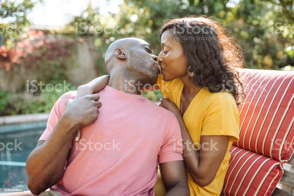 kissing parrots dating