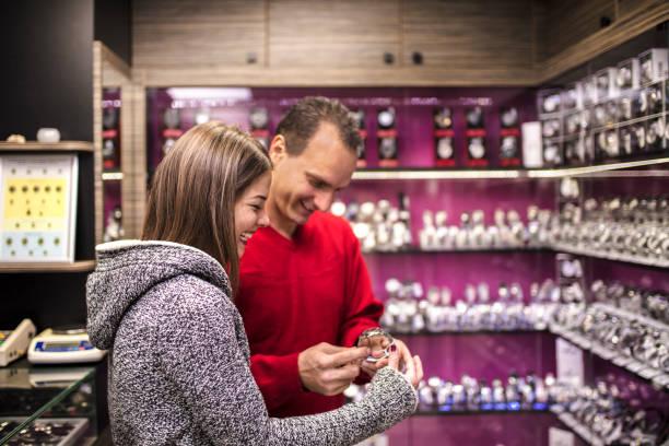 paar genießen in weihnachts-shopping in der schmuck-shop - uhrenshop stock-fotos und bilder