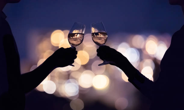 Paar genießt ein Glas Wein in der Stadt in der Nacht – Foto