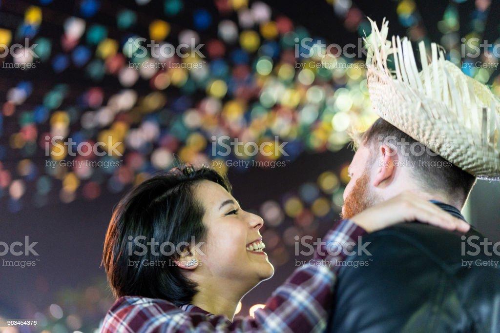 Bénéficiant d'un bon moment ensemble dans les célèbres fêtes de Junina brésilien (Festa Junina) - Quadrilha de danse de couple - Photo de Adulte libre de droits