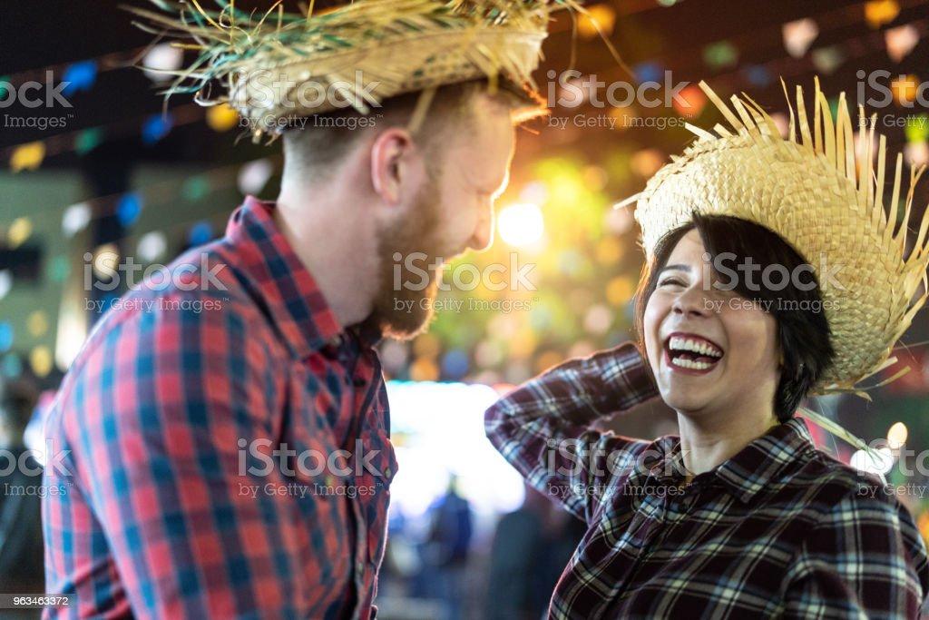 Casal, desfrutando de um ótimo tempo juntos na famosa Festa Junina brasileira (Festa Junina) - estilo Caipira - foto de acervo