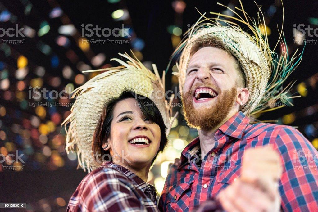 Casal desfrutar momentos maravilhosos juntos na famosa Festa Junina brasileira (Festa Junina) - dançando Quadrilha - foto de acervo