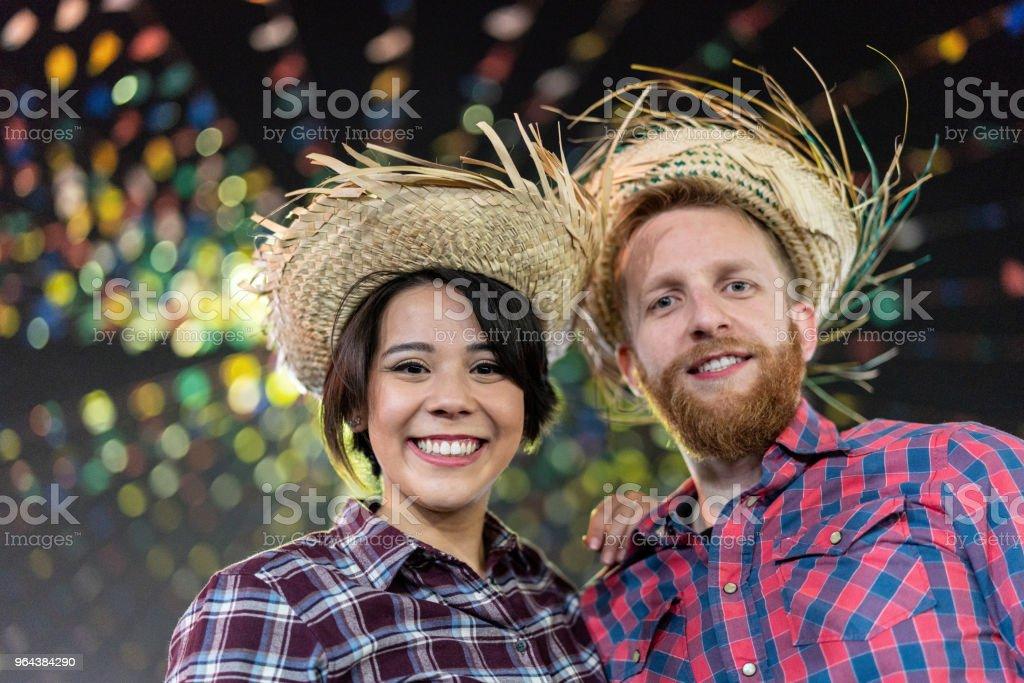 Casal, desfrutando de um ótimo tempo juntos na tradicional Festa Junina brasileira (Festa Junina) - foto de acervo