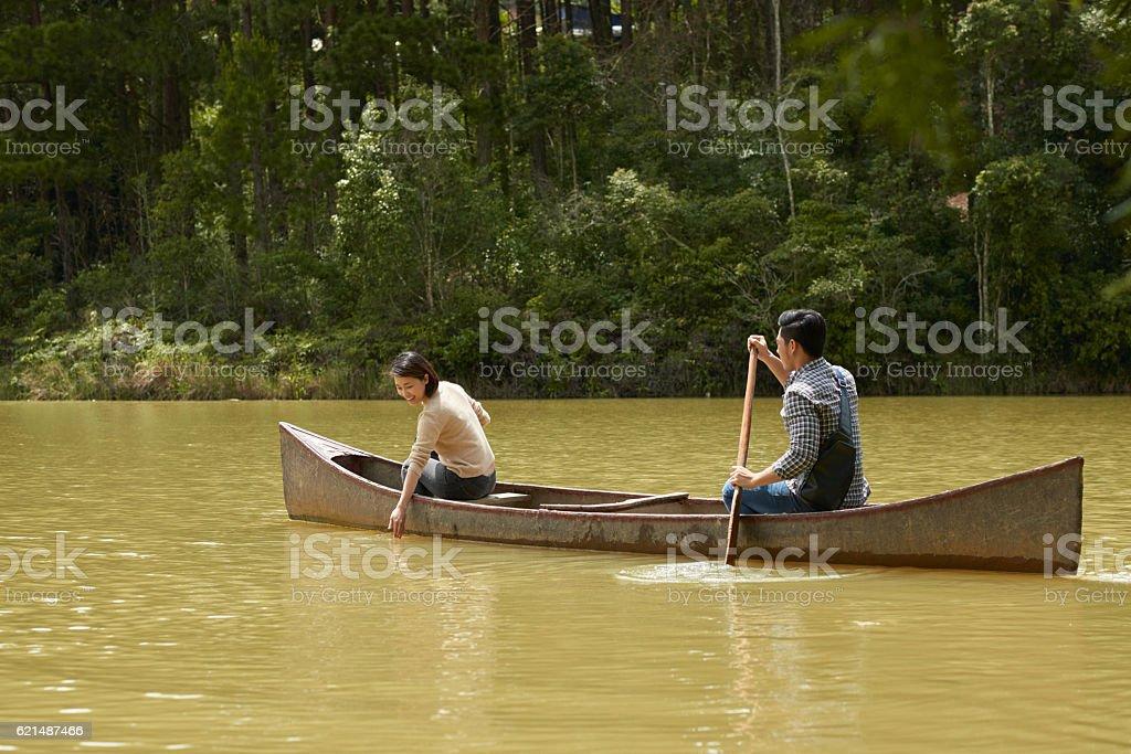 Couple enjoying boating photo libre de droits
