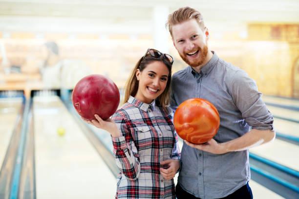 paar genieten van samen bowlen - bowlen stockfoto's en -beelden