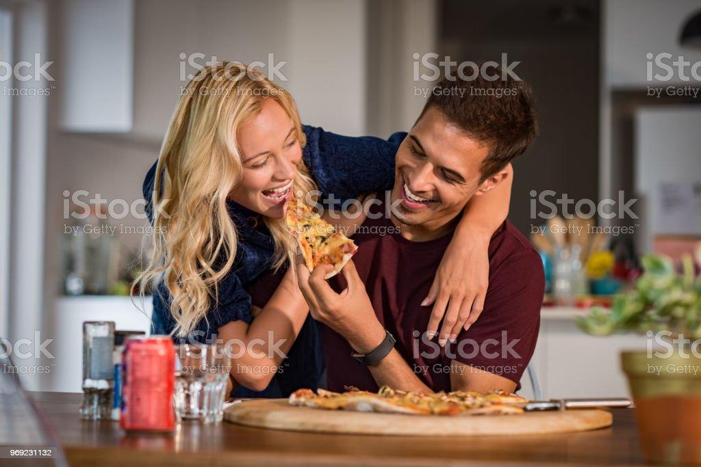 Couple de profiter de manger pizza - Photo