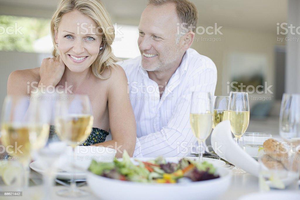 Paar Genießen Sie ein elegantes Abendessen Lizenzfreies stock-foto