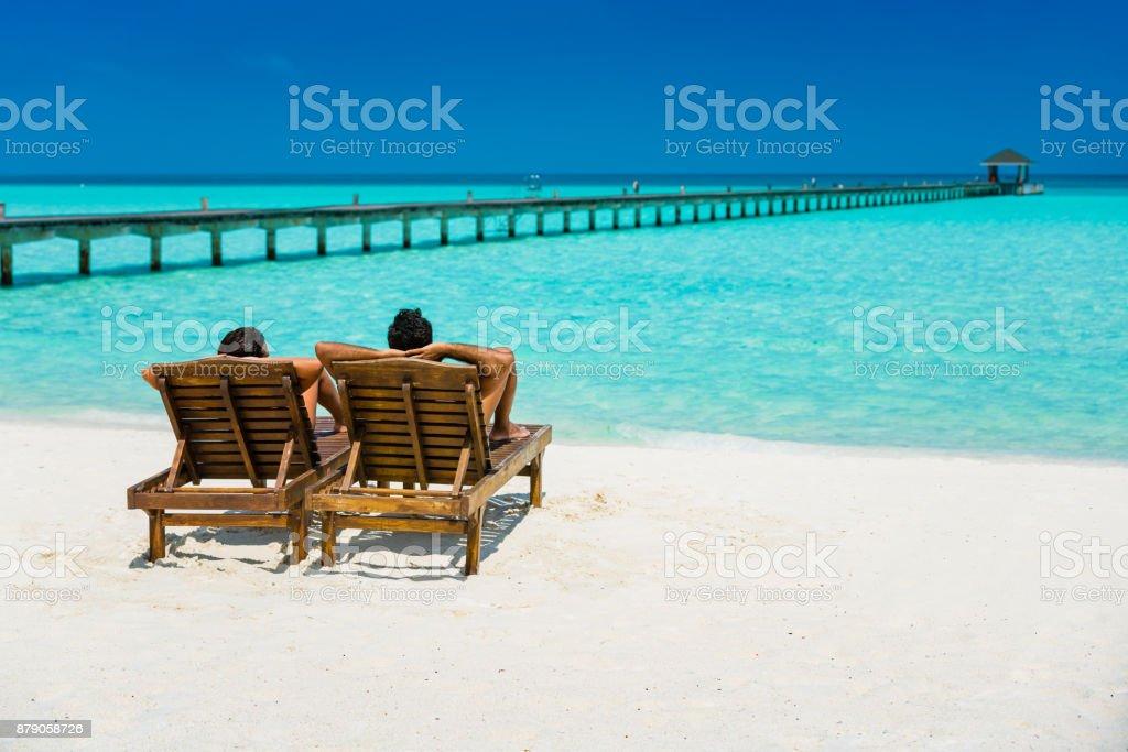Paar genießt Ferien auf Dhiffushi Holiday Island, Malediven – Foto