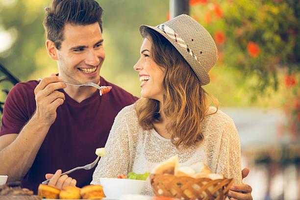 pareja disfrutando de un almuerzo en el restaurante - couple lunch outdoors fotografías e imágenes de stock