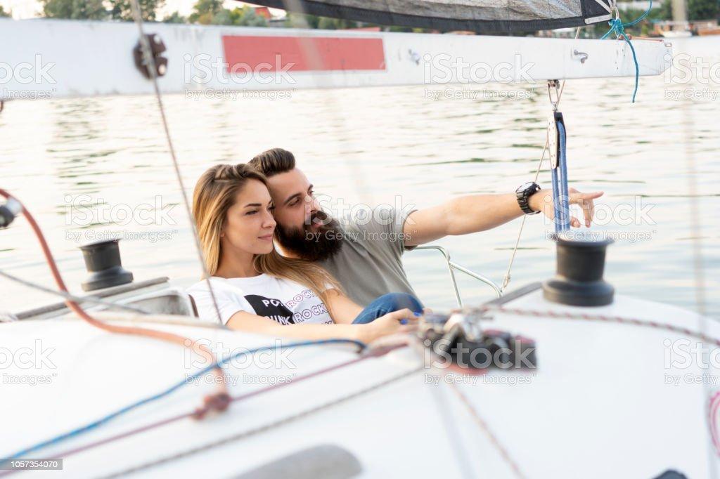 Paar genießt auf einem Segelboot – Foto