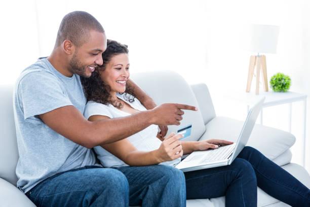paar genießt, online-shopping - schwanger werden rechner stock-fotos und bilder
