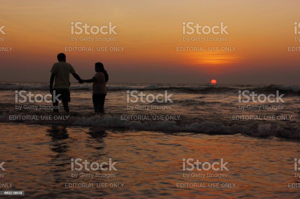 고아에서 해변에서 석양을 즐기는 커플 royalty-free 스톡 사진